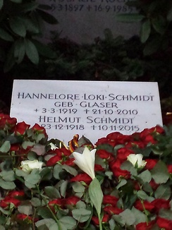 Tomb of Loki and Helmut Schmidt in the Ohlsdorf Cemetery.