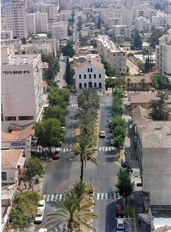 Rishon LeZion in 1995, with Founders Square and the Great Synagogue in the foreground