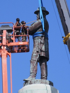 Workers secure the Robert E. Lee statue for removal from Lee Circle, May 19, 2017