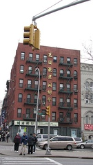 The Fukien American Association is based in the Little Fuzhou (小福州, 紐約華埠) neighborhood within the Manhattan Chinatown.
