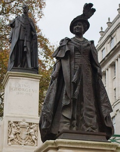 Bronze Statue of Queen Elizabeth on The Mall, London, overlooked by the statue of her husband King George VI