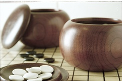 An example of single-convex stones and Go Seigen bowls. These particular stones are made of Yunzi material, and the bowls of jujube wood.