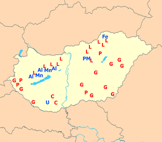 Natural resources of Hungary. Metals are in blue (Al — aluminium ore, Mn — manganese, Fe — iron ore, U — uranium, PM — polymetallic ores (Cu, Zn, Pb)). Fossil fuels are in red (C — coal, L — lignite, P — petroleum, G — natural gas).