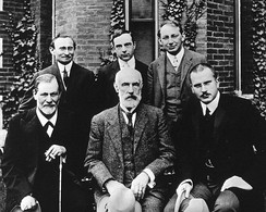 Group photo 1909 in front of Clark University. Front row: Sigmund Freud, Granville Stanley Hall, Carl Jung; back row: Abraham A. Brill, Ernest Jones, Sándor Ferenczi