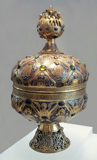 Limoges enamel ciborium with champlevé enamel, and center rim in pseudo-Kufic script, circa 1200.[2]