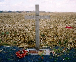 "A cross, left in Saint-Yves (Saint-Yvon – Ploegsteert; Comines-Warneton in Belgium) in 1999, to commemorate the site of the Christmas Truce. The text reads:""1914 – The Khaki Chum's Christmas Truce – 1999 – 85 Years – Lest We Forget"""