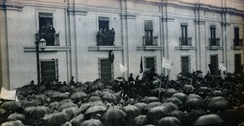 March in support of the proclamation of the Socialist Republic of Chile, in front of La Moneda Palace (June 12, 1932)