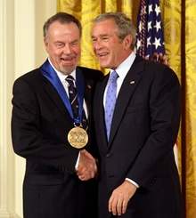 Erich Kunzel (left) receives the 2006 National Medal of Arts from President George W. Bush (right) at a 2007 ceremony.