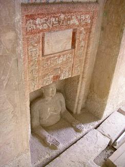 Скульптурное изображение покойного в ожидании подношений (сердаб). Древнеегипетская мастаба Иду в Комплексе пирамид в Гизе