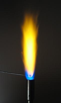 Атомы натрия придают пламени жёлтое свечение.