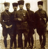 Mustafa Kemal Atatürk (middle) in İzmit, June 1922
