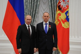 "President Vladimir Putin awards the 4th Degree Order ""For Merit to the Fatherland"""" to Pumpyansky, 31 July 2014"