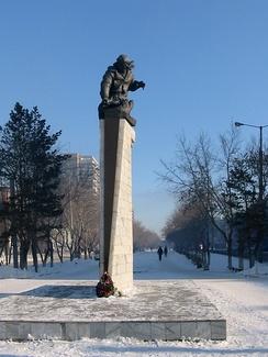 Памятник Нуркену Абдирову в Караганде