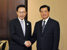 President Lee Myung-bak holds talks with Chinese President Hu Jintao on the sidelines of the G-20 summit on June 2010.