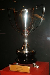 The trophy awarded to Atlético Madrid in 1962.