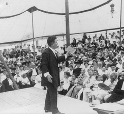 La Follette addressing a large Chautauqua assembly in Decatur, Illinois, 1905