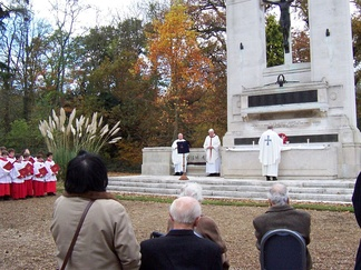 11 November 2007: Remembrance Day service at Beaumont's Scott war memorial.[10] The St John's choir are to the left, and a tree planted by Queen Elizabeth II in 1961 is in the middle. Fr Kevin Donovan SJ OB (died 21 August 2008), on the right.