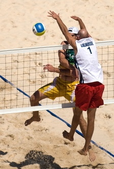 Phil Dalhausser attempts to block Fábio Luiz Magalhães's attack