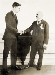 Lindbergh accepting the prize from Orteig in New York, June 16, 1927[60]