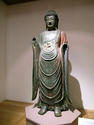 This standing statue of the Bhaisajyaguru Buddha is made of gilt bronze, made in the Silla period.