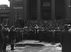 Rabbi Baruch Steinberg before Warsaw Great Synagogue (1933), reading roll call of the fallen, organized by Union of Jewish Fighters for Polish Independence