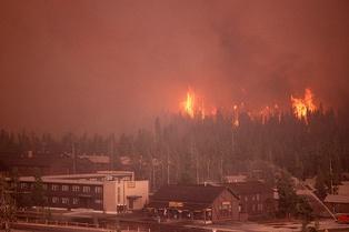 Пожары 1988 года подходят к комплексу около гейзера Старый служака.
