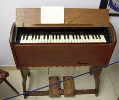 Portable 19th-century reed organ with one rank of reeds