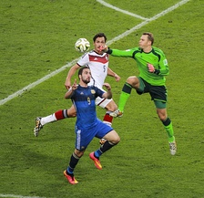 Argentina's Higuaín challenging Germany's Hummels and Neuer during the final of the 2014 FIFA World Cup