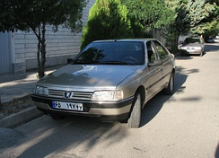 Peugeot 405 in Iran, with a grille featuring the post-1998 logo