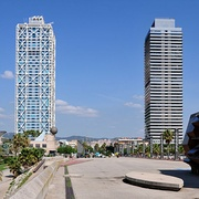 Hotel Arts (left) and Torre Mapfre (right)