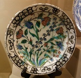 Ceramic dish, Iznik ca. 1600, with tulips, roses and hyacinths