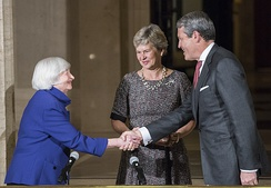 Randal and Hope Quarles shake hands with Chair Janet Yellen in 2017 shortly after Quarles is sworn in