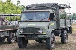 Unimog 404: Despite having small tyres, the ground clearance is high. The short bonnet allows good visibility