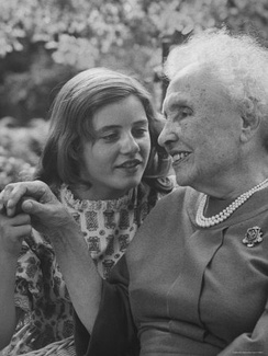 Helen Keller with Patty Duke, who portrayed Keller in both the play and film The Miracle Worker (1962). In a 1979 remake, Patty Duke played Anne Sullivan.
