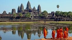 Монахи перед прудом в Ангкор-Вате