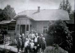 The Król family of the Polish Righteous from Krasne (c. 1937–39) in front of their house west of Nowy Sącz. Sitting: Piotr Król (d. 1956) and Zenobia (d. 1979), both recognized by Yad Vashem posthumously in 1982