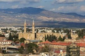 Бывший собор св. Софии, превращённый в XVI веке в мечеть Селиме, в турецком секторе Никосии. На переднем плане видна разделительная линия.