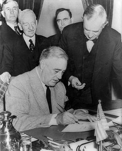 Connally (next to Roosevelt) holding a watch to fix the exact time of the declaration of war against Germany (3:05 PM E.S.T. on 11 December 1941)