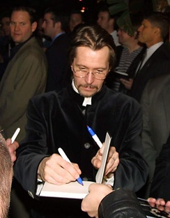 Oldman signing autographs at the Harry Potter premiere, 2007