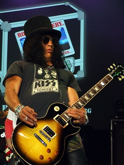 Slash performing at the Nokia Theater in New York in 2008
