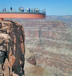 «Grand Canyon Skywalk[en]»— площадка с прозрачным полом для обзора Большого каньона в районе Eagle Point, в 3км от аэропорта «Grand Canyon West[en]»