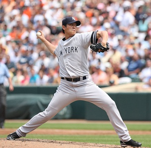 Wang pitching for the New York Yankees in 2007