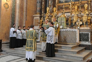 Ite missa est sung by the deacon at a Solemn Mass at Santissima Trinità dei Pellegrini, Rome