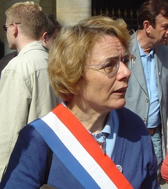 Députés wear tricolor sashes on official occasions outside the Assembly or on public marches; Martine Billard (then Greens, currently Left Party) is pictured here.