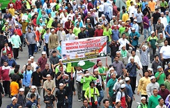 Protesters in Kuala Lumpur take to the streets to demonstrate against the Innocence of Muslims film.