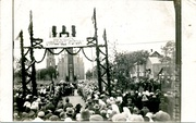 An arc decorated with the Columns of the Gediminids during the unveiling ceremony of the Monument of 10th anniversary of Independence of Lithuania in Rokiškis (1931)