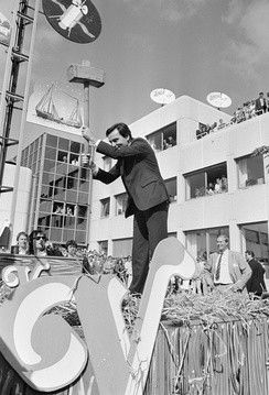 Elco Brinkman operating a high striker to celebrate the opening of Veronica's headquarters in Hilversum, August 1987