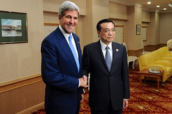 U.S. Secretary of State John Kerry speaks with Chinese Premier Li Keqiang, 9 October 2013.