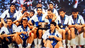 Divac (fourth from right, at centre) with the Yugoslavia team that won the EuroBasket 1989.