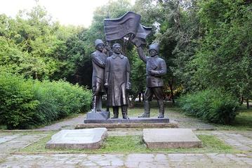 Памятник руководителям партизанской армии А.Д.Кравченко, П.Е.Щетинкину, С.К.Сургуладзе